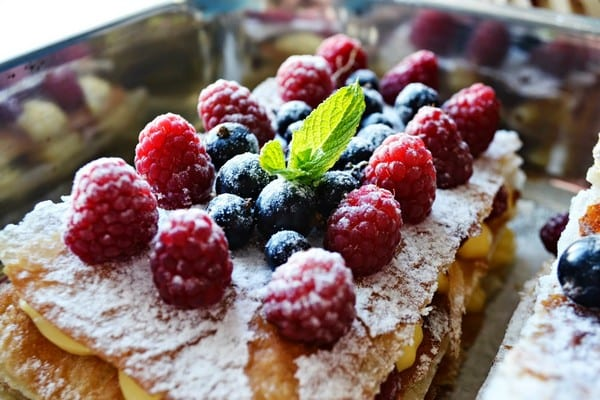 Слоеный десерт «Мильфей» с фруктами